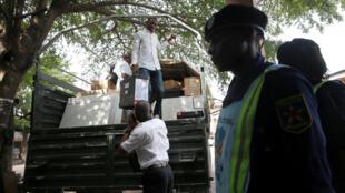 La Céni livre des machines à voter et du matériel électoral dans un bureau de vote de Kinshasa, le 27 décembre 2018.
