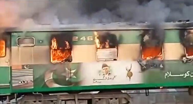 آتشسوزی قطار در پاکستان دهها قربانی بر جای گذارد.