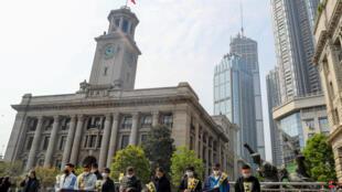 湖北武汉民众纪念疫情逝者资料图片
