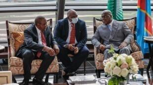 Rais wa Kenya Uhuru Kenyatta (Kushoto) akiwa na mwenyeji wake Felix Thisekedi baada ya kuwasili jijini Kinshasa Aprili 20 2021