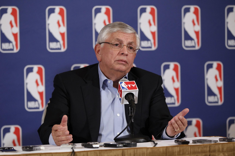 David Stern, le patron de la NBA, annonce le lock-out.