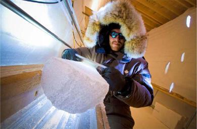 Carotte de glace issue du forage NEEM, en cours de traitement pour les investigations scientifiques sur le terrain.