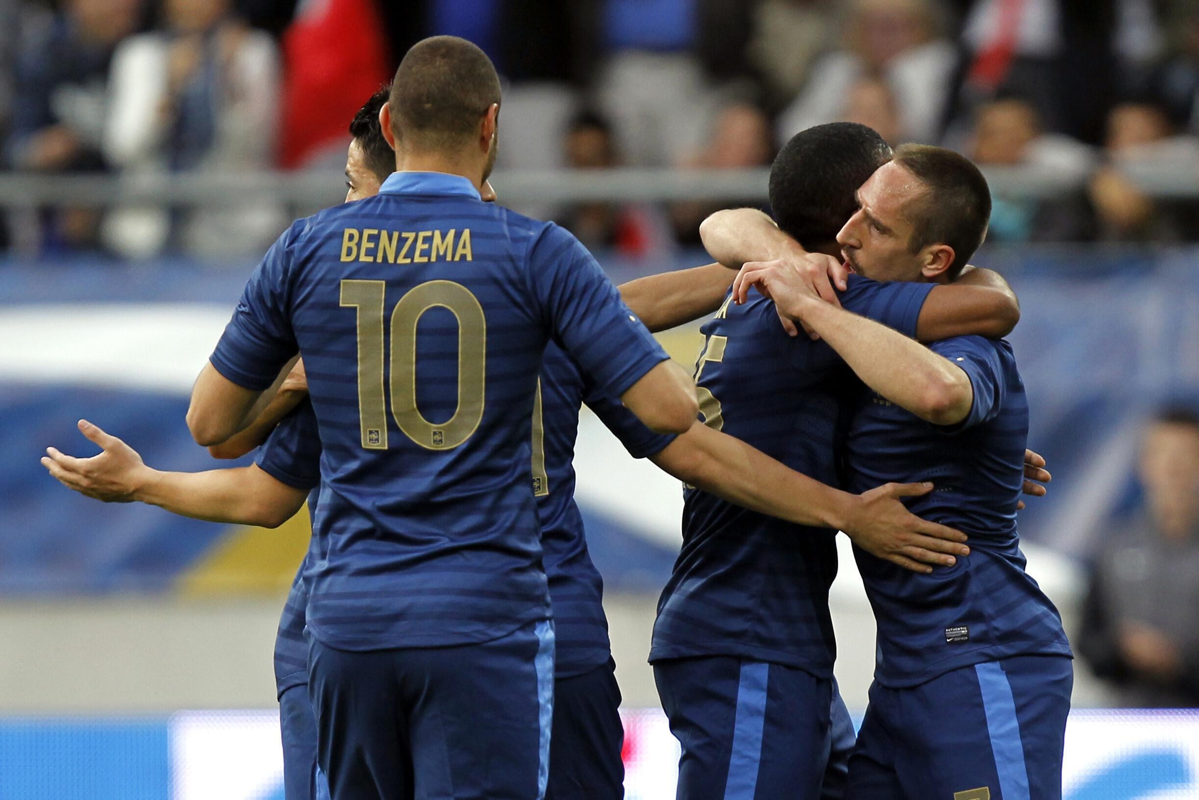 Jogadores da seleção francesa comemoram o segundo gol na vitória sobre a Sérvia, por 2 a 0