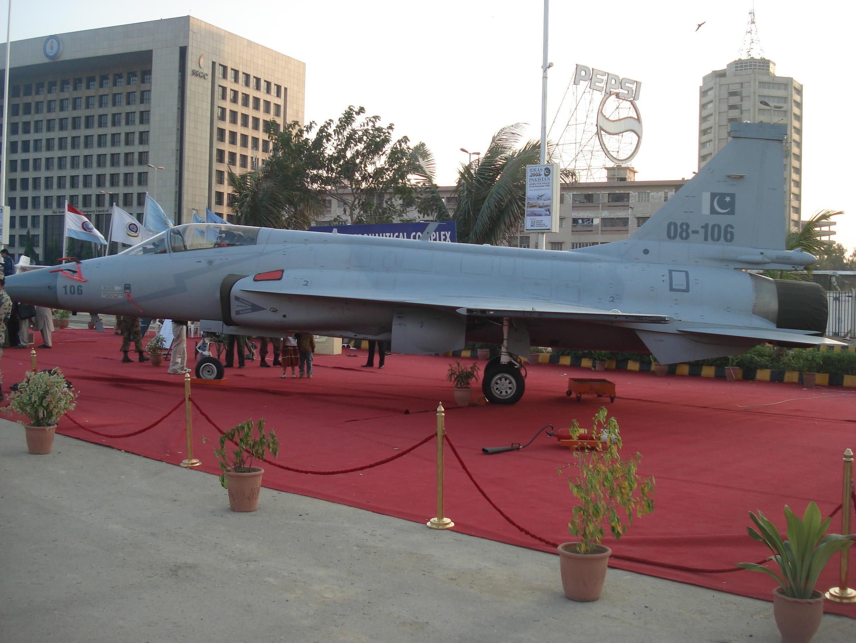 Một chiếc máy bay tiêm kích JF-17 được trưng bày trong cuộc triển lãm hàng không IDEAS 2008 tại Pakistan