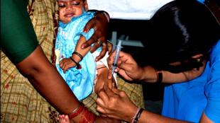 L'Aide publique au développement permet, entre autres, de fournir les vaccins nécessaires aux populations les plus pauvres.
