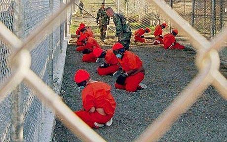Prisioneiros em Guantánamo, na Ilha de Cuba.