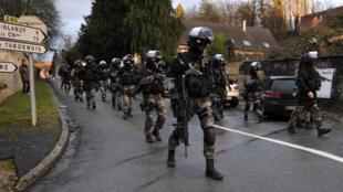 Depuis le 8 janvier 2015, les forces spéciales de la police et de la gendarmerie traquent les deux principaux suspects de l'attentat contre Charlie Hebdo à Corcy, dans l'Aisne (nord-est de la France).