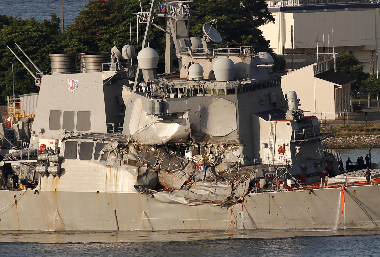 ناوشکن آمریکایی فیتزجرالد بعد از برخورد با کشتی باری