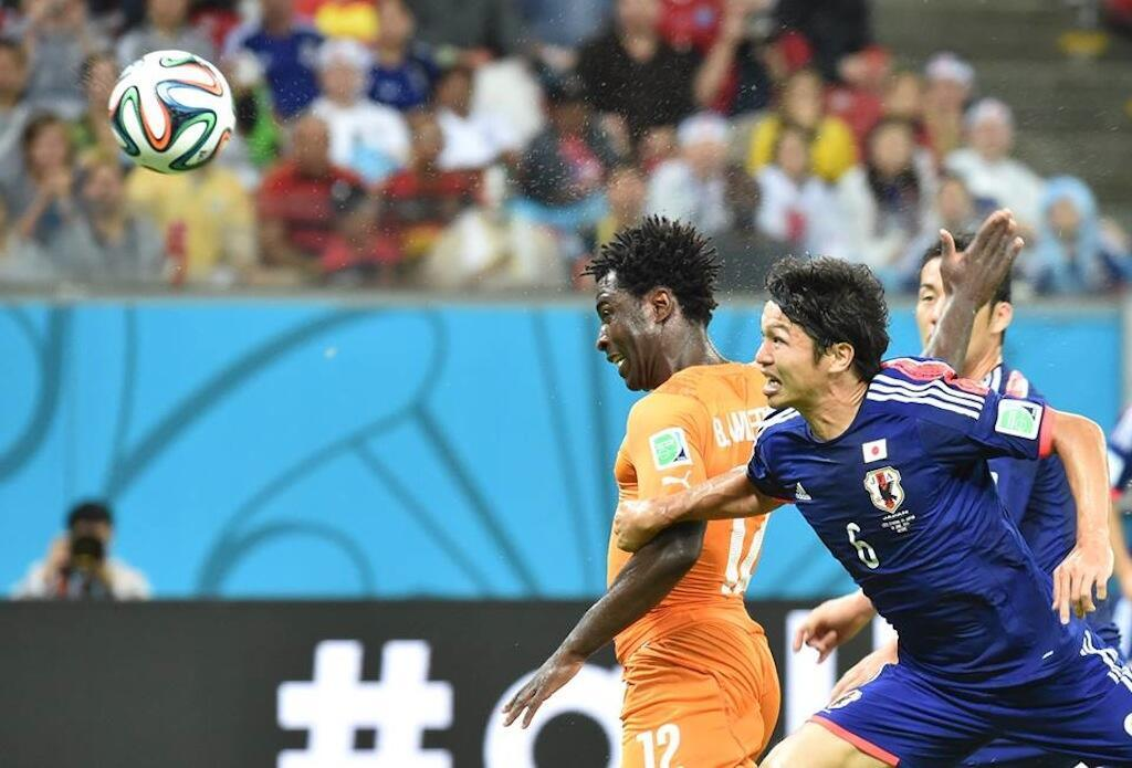 Mshambuliaji wa Ivory Coast, Wilfred Bony akifunga bao la kusawazisha dhidi ya Japan kwenye fainali za kombe la dunia 2014