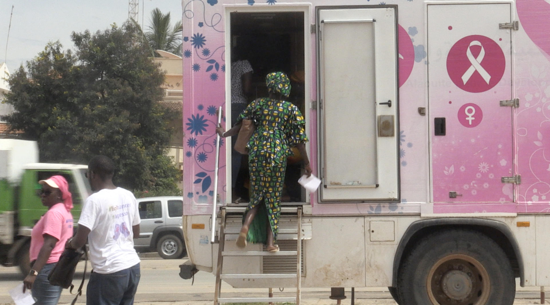 Le camion de la Ligue sénégalaise contre le cancer (LISCA) permet aux femmes un dépistage gratuit d'éventuels signes d'un cancer du sein.