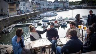 Un grupo de personas en una terraza en la isla francesa de Belle-Ile-en-Mer, el 19 de mayo de 2021
