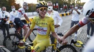 Le Slovène Tadej Pogacar, maillot jaune du Tour de France 2020, à son arrivée sur les Champs-Élysées à Paris, le 20 septembre 2020.
