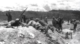 Ảnh tư liệu ngày 22/04/1954: Bộ đội Việt Nam tấn công vị trí của lính Pháp tại sân bay Mường Thanh trong trận Điện Biên Phủ.
