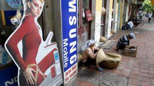 Cho đến nay, Samsung đã đầu tư vào Việt Nam tổng cộng 17 tỷ đô la. Biển hiệu quảng cáo Samsung trên một phố ở Hà Nội.