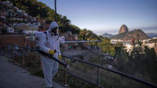Un voluntario realiza labores de desinfección en la favela Santa Marta de Rio de Janeiro, Brasil, el 20 de abril de 2020