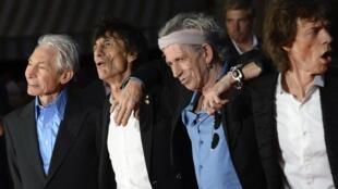 O grupo de rock Rolling Stones anunciou que vai fazer um show surpresa nesta quinta-feira em Paris.