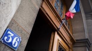 Позаявлению туристки, преступление произошло в здании парижского угрозыска— доме 36 на набережной Ювелиров, расположенном в центре Парижа