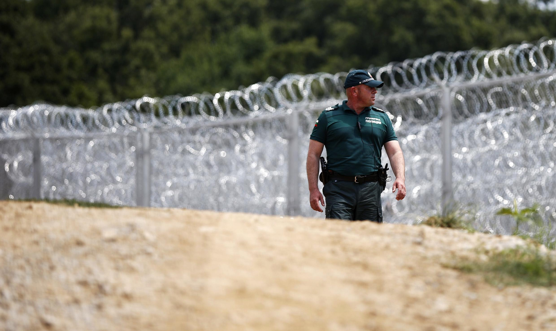 Un policier bulgare devant les barbelés à la frontière entre la Bulgarie et la Turquie, le 17 juillet 2014.