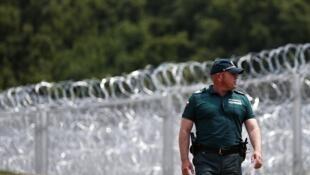 Un policía búlgaro delante de una valla entre Burlgaria y Turquía, el 17 de julio de 2014.