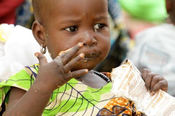 Au Niger, une enfant prise en charge dans un centre de récupération nutritionnelle, le 25 mai 2012.