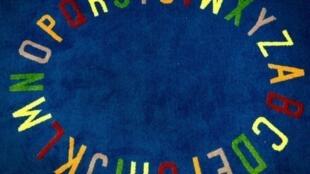 L'alphabet sur une couverture dans une école. (Image d'illustration)