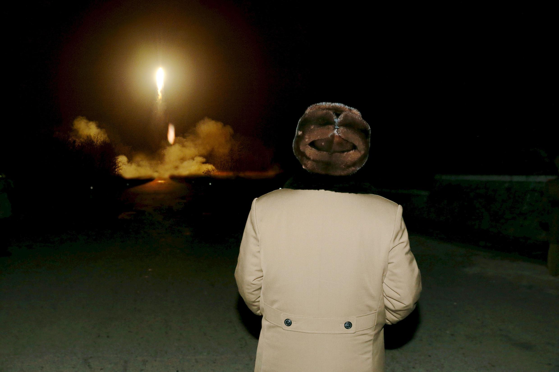 图为金正恩2019年视察军队发射新的短程导弹