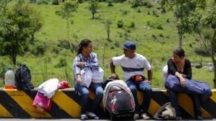 Des migrants vénézuéliens se reposent sur la route de Cucuta à Pamplona, en Colombie, en septembre 2018.
