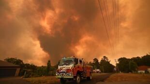 Xe cứu hỏa gần một khu vực bị hỏa hoạn ở Bargo, phía tây nam Sydney ngày 21/12/2019.