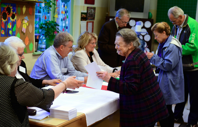 Người dân Hungary đi bỏ phiếu trong cuộc trưng cầu dân ý về vấn đề phân bổ hạn ngạch tiếp nhận di dân do Liên Hiệp Châu Âu đề xuất, ngày 02/10/2016.