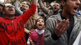 Des milliers d'Egyptiens ont manifesté vendredi 10 février 2012 près du ministère de la Défense pour réclamer le départ de l'armée du pouvoir.