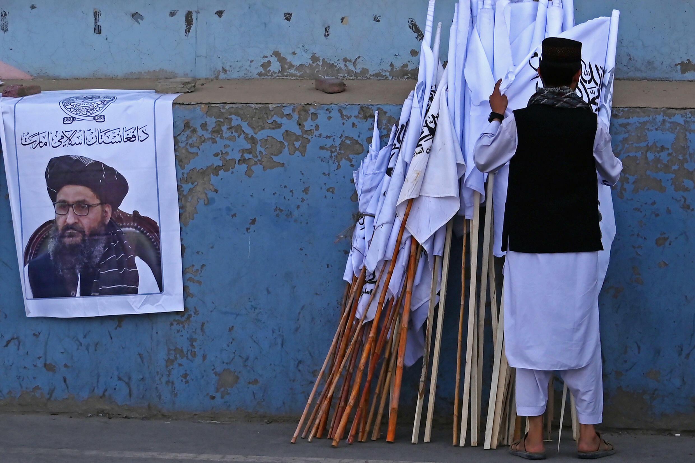 Un hombre con banderas de los talibanes, en una calle de Kabul, Afganistán, el 27 de agosto de 2021