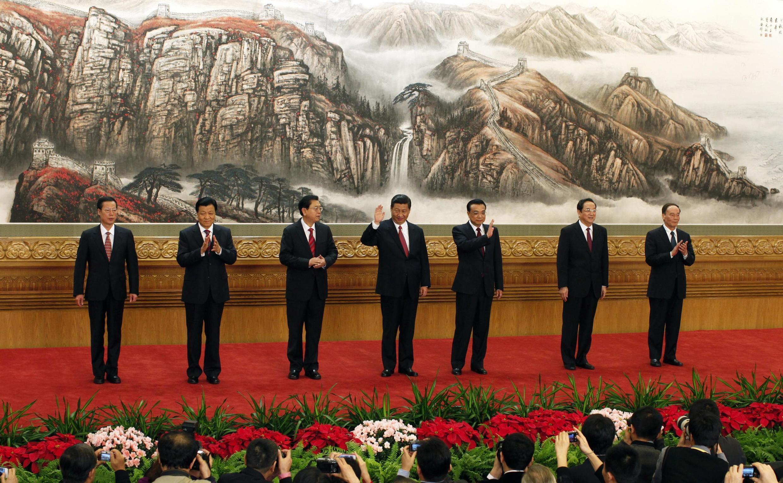 Xi Jinping (ao centro) lidera o comitê central (Politburo) do Partido Comunista Chinês.