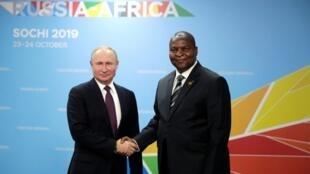 Президенты России и ЦАР Владимир Путин и Фостен-АрканжТуадера на форуме в Сочи, 23 октября 2019 г.