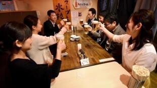 Les pots et les banquets de fin d'année au Japon sont de moins en moins prisés par les salariés. En manque de main-d'oeuvre, les entreprises ne les imposent plus de peur de voir leurs salariés partir à la concurrence (photo d'illustration).