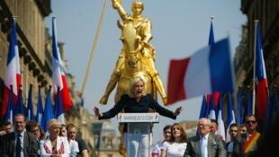Le traditionnel discours du leader du Front national, ici Marine Le Pen, devant la statue de Jeanne d'Arc à Paris, le 1er mai 2011.