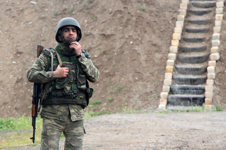 Азербайджанский военный на границе с Нагорным Карабахом. 29 апреля 2016