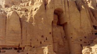 Tượng Phật khổng lồ  theo phong cách Hy Lạp trên vách núi -  được thực hiện khoảng từ thế kỷ III đến thế kỷ VII - tại tỉnh Bamiyan, Afghanistan, bị Taliban phá hủy năm 2001.