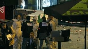 Investigadores perto do Stade de France.