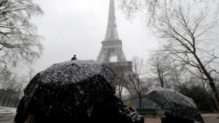 Снегопад в Париже продолжается уже второй день подряд.