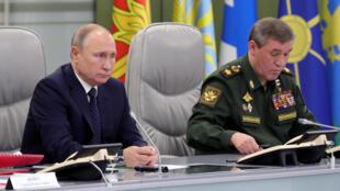 Vladimir Poutine (gauche) avec le chef d'état-major des forces armées russes Valery Gerasimov, dans un bâtiment du ministère de la Défense à Moscou, le 26 décembre 2018.