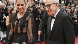 Woody Allen avec son actrice Kristen Stewart lors de la montée des marches pour son film « Café Society » au Festival de Cannes 2016.