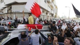 Funeral em Sitra, leste da capital Manama, 18 de fevereiro de 2011.