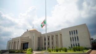 Bendera ya Burundi ikipandishwa nusu mlingoti kwenye Ikulu ya Rais huko Bujumbura Juni 10, 2020.