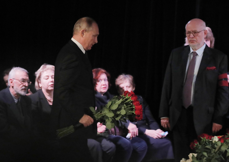 На церемонию прощания с Людмилой Алексеевой прибыл Владимир Путин, оставшийся на две с половиной минуты