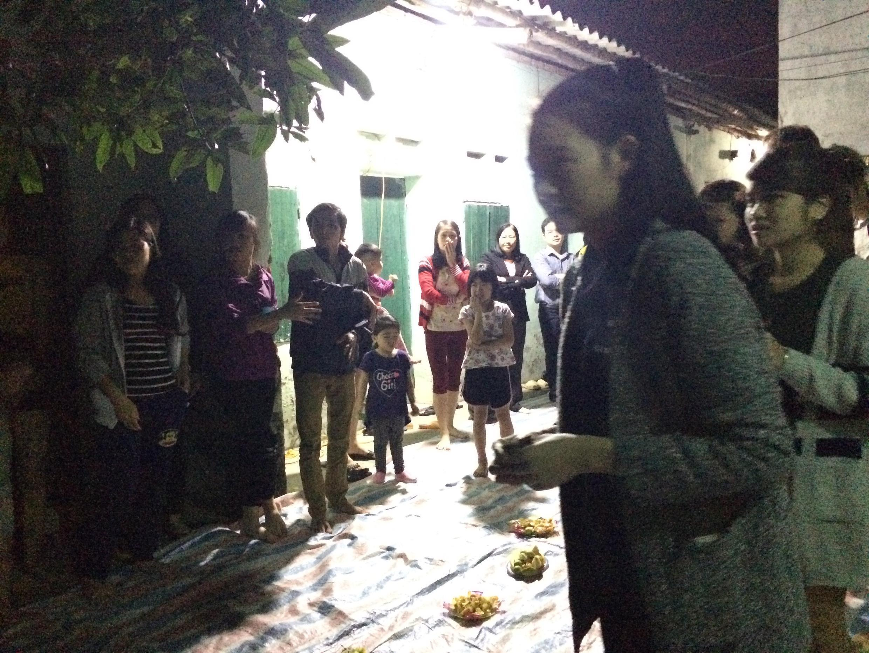 Các thành viên CLB tham gia một trò chơi trước khi bắt đầu buổi sinh hoạt.