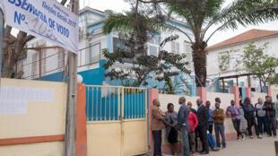 Eleitores aguardam o voto para as eleições gerais no país, Luanda, Angola, 23 de Agosto de 2017.