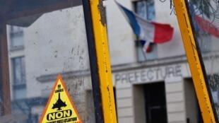 Un autocollant anti-aéroport lors d'un rassemblement par des opposants au projet controversé de l'aéroport Notre-Dame-des-Landes.