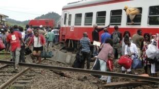 Des passagers tentent de sortir du train après le drame survenu à Eséka le 21 octobre 2016.
