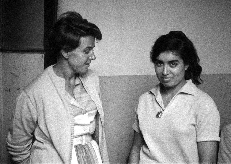 Gisèle Halimi (à gauche) et Djamila Boupacha à sa sortie de la maison centrale de Rennes, le 22 avril 1962.