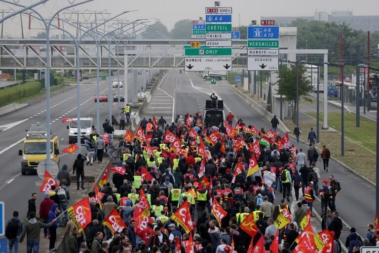 Des manifestants de la CGT et du Parti communiste ont bloqué l'accès au marché de Rungis dans le Val-de-Marne, le 9 juin 2016.
